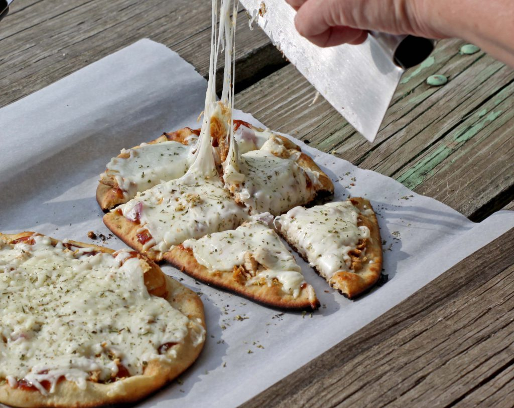 Easy Grilled Pizzas | Spoonful of Easy #grilledpizzas #