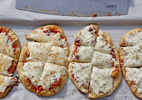 Easy Grilled Pizzas   Spoonful of Easy #grilledpizzas #