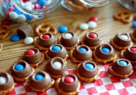 Rolo Pretzel Treats | Spoonful of Easy #rolopretzelsrecipe